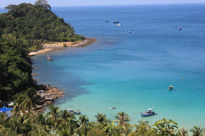 Bãi Đất Đỏ - Nam Du biển xanh với hàng dừa soi bóng